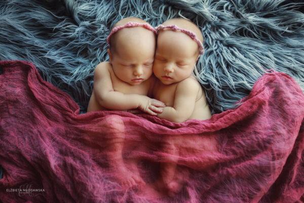 śpiące bliźniaczki noworodki